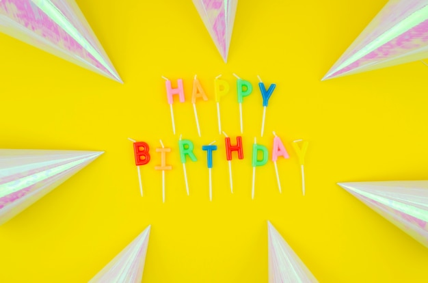 Mensagem de feliz aniversário e chapéus de aniversário