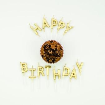 Mensagem de feliz aniversário e delicioso bolinho