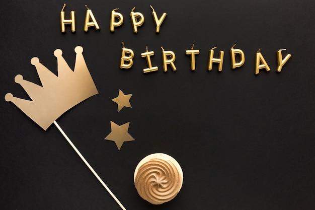 Mensagem de feliz aniversário vista superior com ornamento de coroa