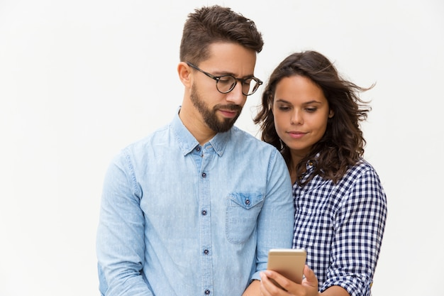 Mensagem de leitura de casal focada