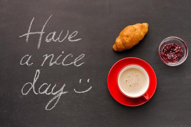 Mensagem de manhã com croissant e café