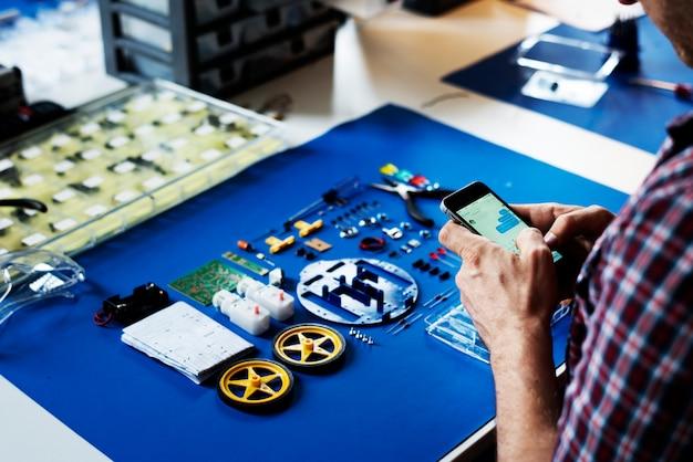 Mensagem de mensagens de texto técnico mãos com ferramentas de robô em fundo azul