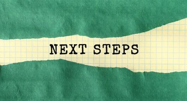 Mensagem de próximas etapas escrita em papel rasgado verde. conceito.