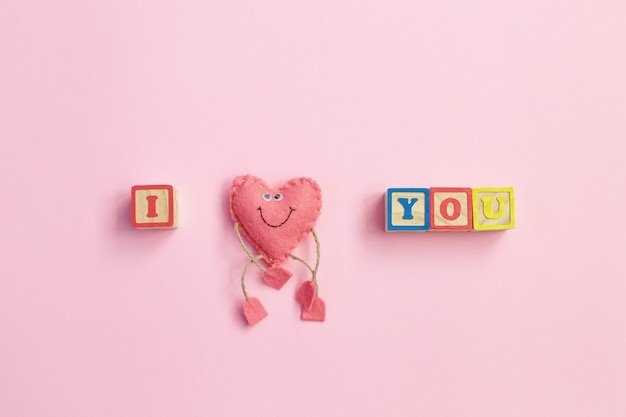Mensagem eu te amo escrito em blocos de madeira