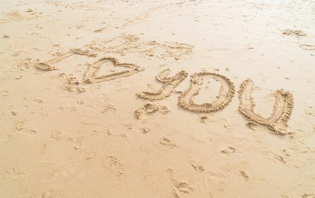 Mensagem eu te amo na areia