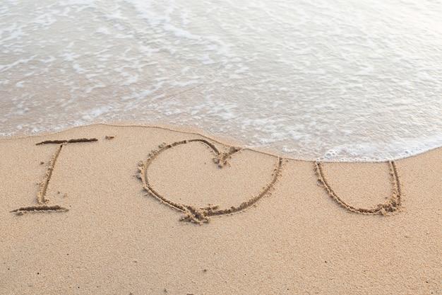 Mensagem eu te amo no fundo da praia de areia