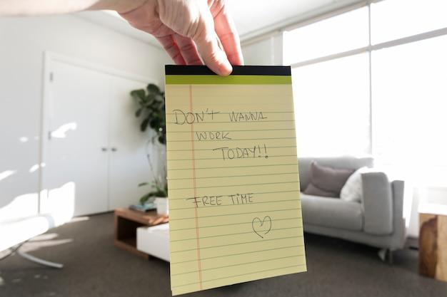 Mensagem no bloco de notas do trabalhador preguiçoso