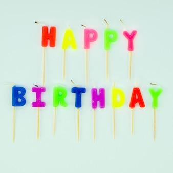 Mensagem simples de feliz aniversário com velas coloridas