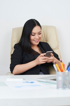 Mensagens de empresária em smartphone