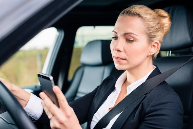 Mensagens de mulher ao dirigir de carro