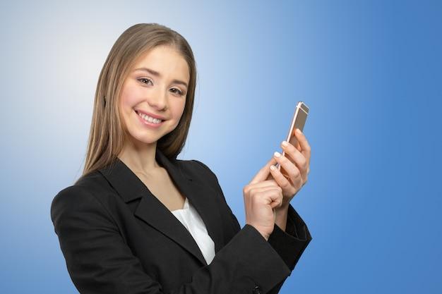 Mensagens de mulher bonita em seu telefone celular