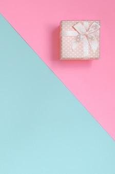 Mentira de caixa de presente-de-rosa pequena no fundo de textura