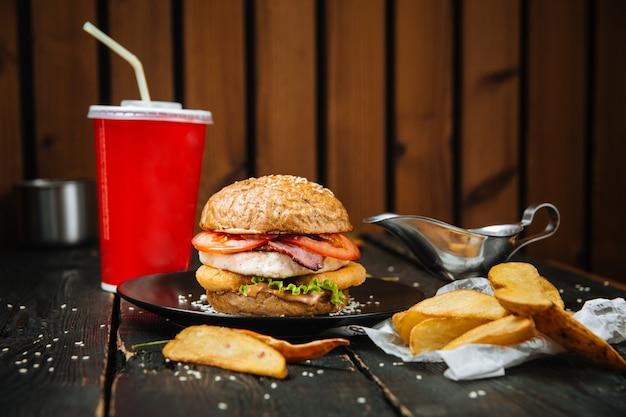 Menu combinado de hambúrguer grande com batatas e bebidas