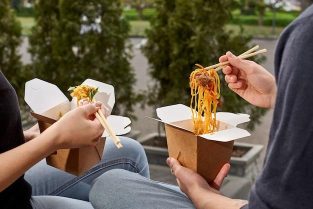 Menu de almoço saudável, entrega de prato de restaurante. recipiente com comida para viagem, em caixas ecológicas. copie o espaço