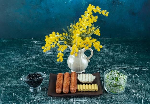 Menu de café da manhã com risoto, caviar e acompanhamentos. foto de alta qualidade