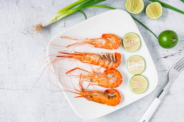Menu de camarão de marisco em um prato sobre uma mesa branca