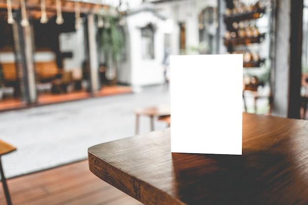 Menu de carrinho em branco ou cartão de tenda no café ou restaurante