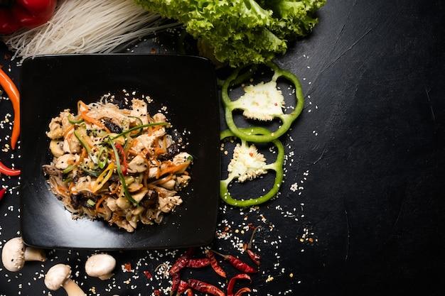 Menu de comida de restaurante de cozinha asiática. salada de legumes com cogumelos e frango no prato