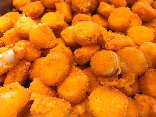 Menu de comida do bufê asiático: delicious scallop deep fried com molho tártaro