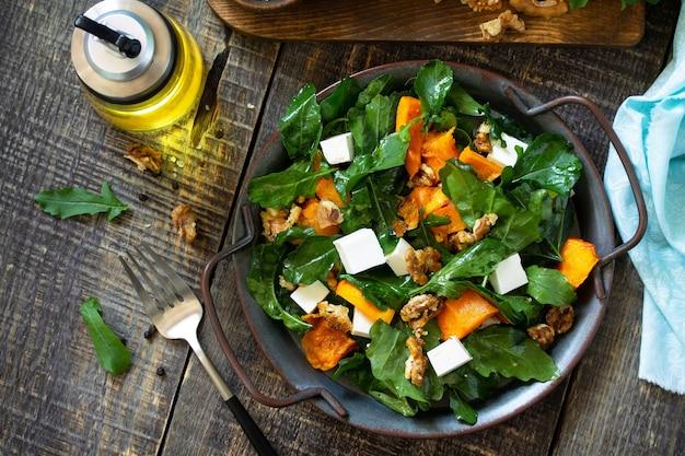 Menu de dieta comida vegana salada saudável com queijo feta de abóbora assada vista de cima plano