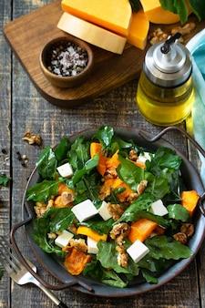 Menu de dieta comida vegana salada saudável com queijo feta de abóbora assado e molho vinagrete