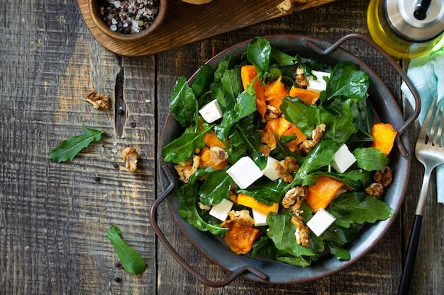 Menu de dieta comida vegana salada saudável com queijo feta de abóbora assado vista de cima plano