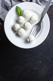 Menu de dieta orgânica de carne de frango almôndegas no prato sobre a mesa lanche saudável cópia espaço comida