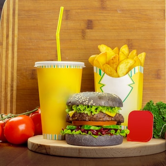 Menu de fast food com hambúrguer, batatas fritas e copo de coca