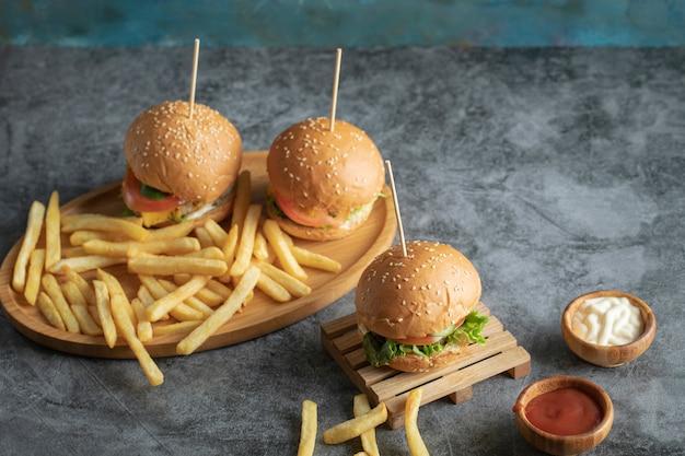 Menu de fast-food com hambúrgueres e batatas fritas