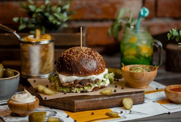 Menu de hambúrguer com variedade de turshu marinado