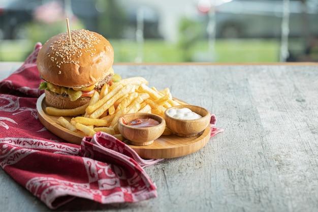 Menu de hambúrguer em uma bandeja de wooen