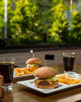 Menu de hambúrguer para duas pessoas com refrigerantes.