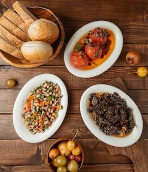 Menu de jantar com combinação de diferentes saladas e alimentos