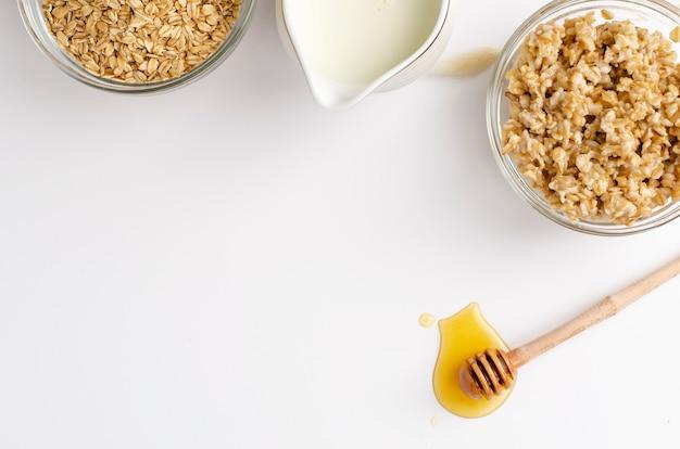 Menu de nutrição adequada para o café da manhã com mingau de aveia, leite e mel