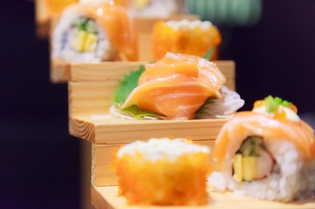 Menu japonês de comida de peixe, sushi de salmão e variedade de sashimi no tradicional restaurante japonês