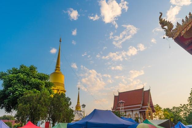Mercado ao ar livre no templo durante o céu do sol