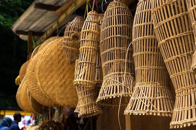 Mercado asiático. vitrine de cestas de gaiola. produtos feitos à mão.