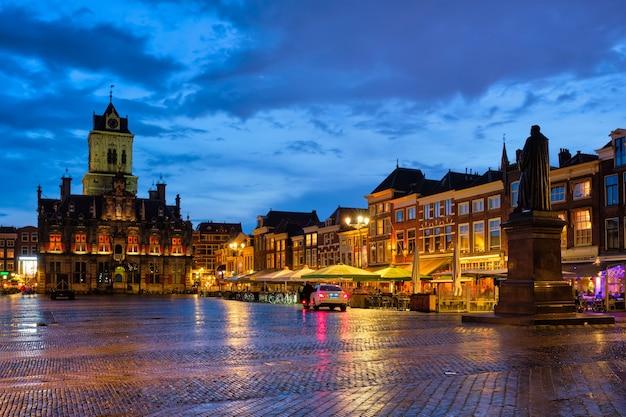 Mercado da praça do mercado de delft na noite delfth holanda