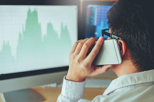 Mercado de ações de investimento empresário gráfico de discussões e análise de homem de negócios