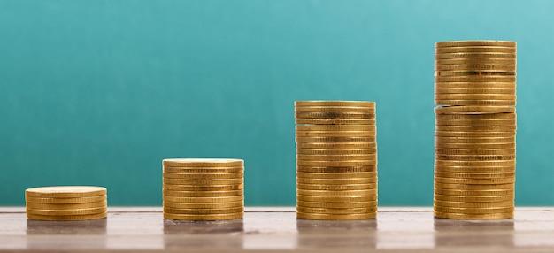 Mercado de ações do gráfico. pilha de moedas em pilhas. conceito de investimento e economia