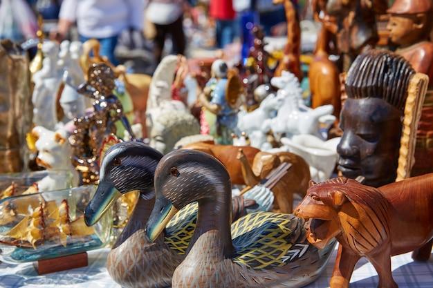 Mercado de antiguidades ao ar livre em espanha