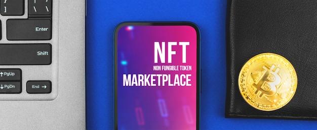 Mercado de arte criptográfica banner nft, telefone celular moderno com logotipo e mesa de escritório com laptop, blockchain e conceito de criptomoeda, foto de vista superior