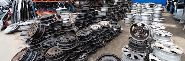 Mercado de autopeças. rodas de carros estão no chão.