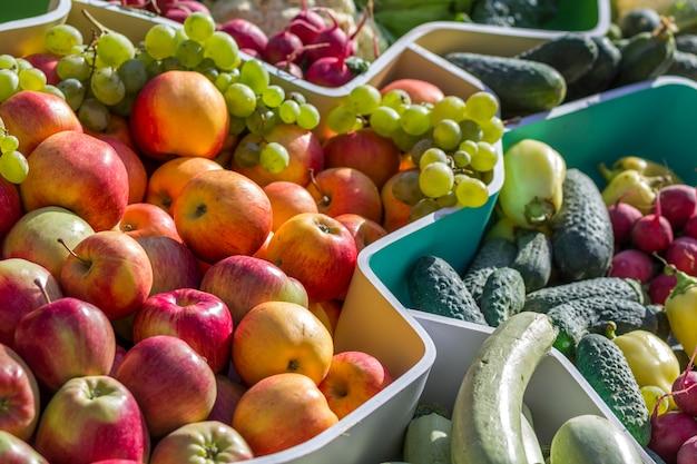 Mercado de frutas de agricultores com várias frutas e legumes frescos coloridos