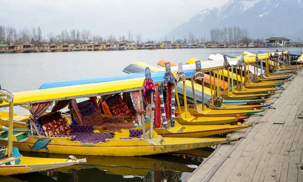 Mercado de manhã de barco na caxemira
