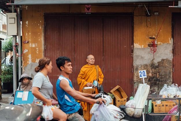 Mercado de meklong (talat rom hup) na linha férrea