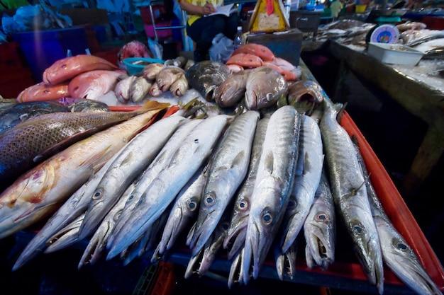 Mercado de peixe marinho na província de sumon sakhon, tailândia