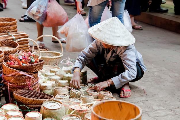 Mercado de rua em champasak, laos