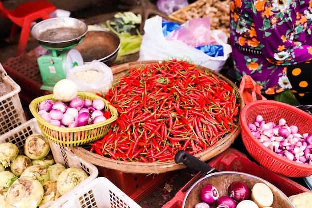 Mercado de vegetais do vietnã. mistura de vegetais. vista frontal