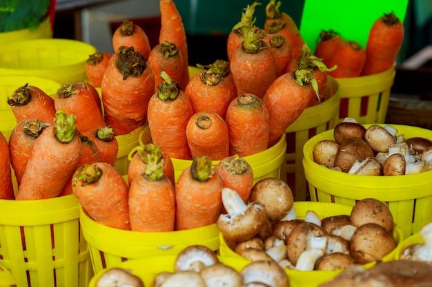 Mercado do fazendeiro que vende vegetais das cenouras para a venda